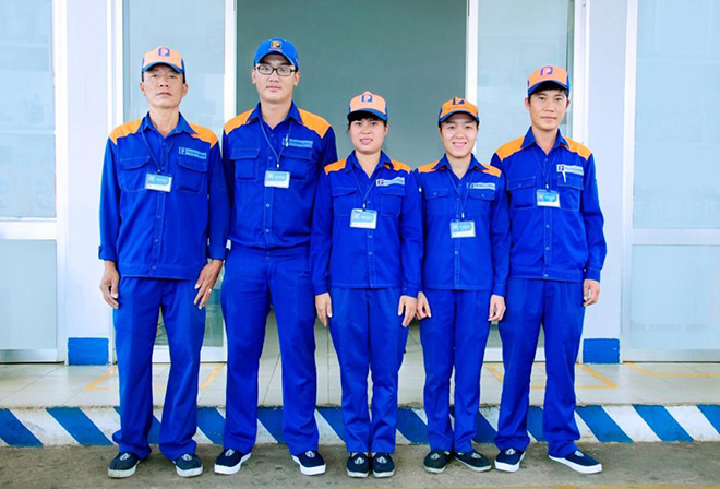 Chiếc áo đồng phục bảo hộ lao động được thiết kế thoải mái cho người sử dụng.